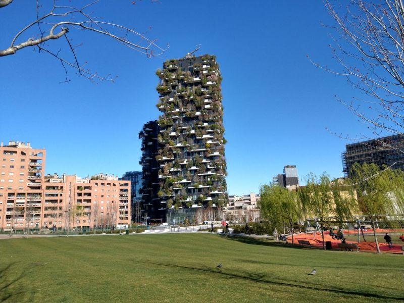 Begrunte-Hochhauser-im-neuen-Viertel-Isola-in-Mailand